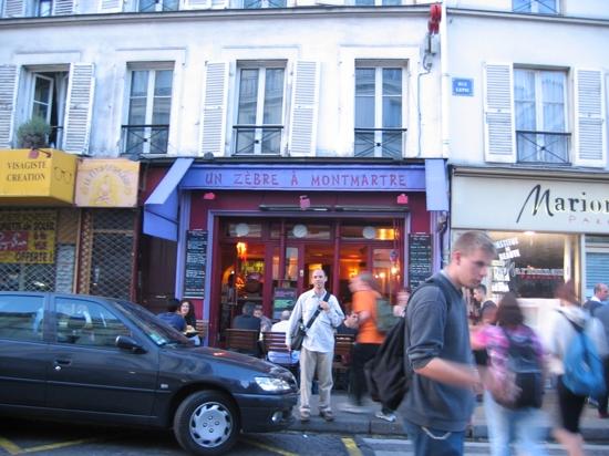 un front of Un Zebre a Montmartre